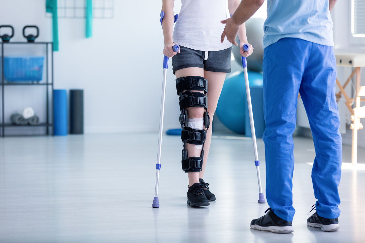 Professional,Physiotherapist,Supporting,Patient,With,Orthopedic,Problem